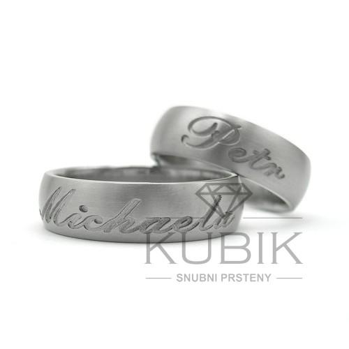 Ocelové nebo titanové snubní prsteny s vnější rytinou jmen