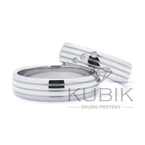 Ocelové nebo titanové snubní prsteny s drážkami a zirkony nebo brilianty